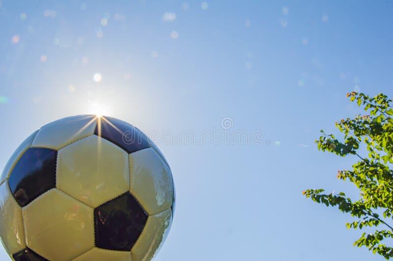 Fußball auf dem Hintergrund der Sonne stockbild