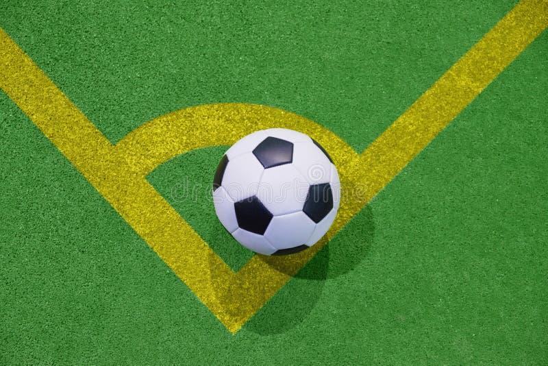 Fußball auf einer Ecktrittlinie auf einer künstlichen Draufsicht des grünen Grases lizenzfreie abbildung