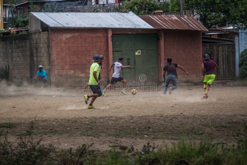Fußball in den Straßen lizenzfreie stockfotografie