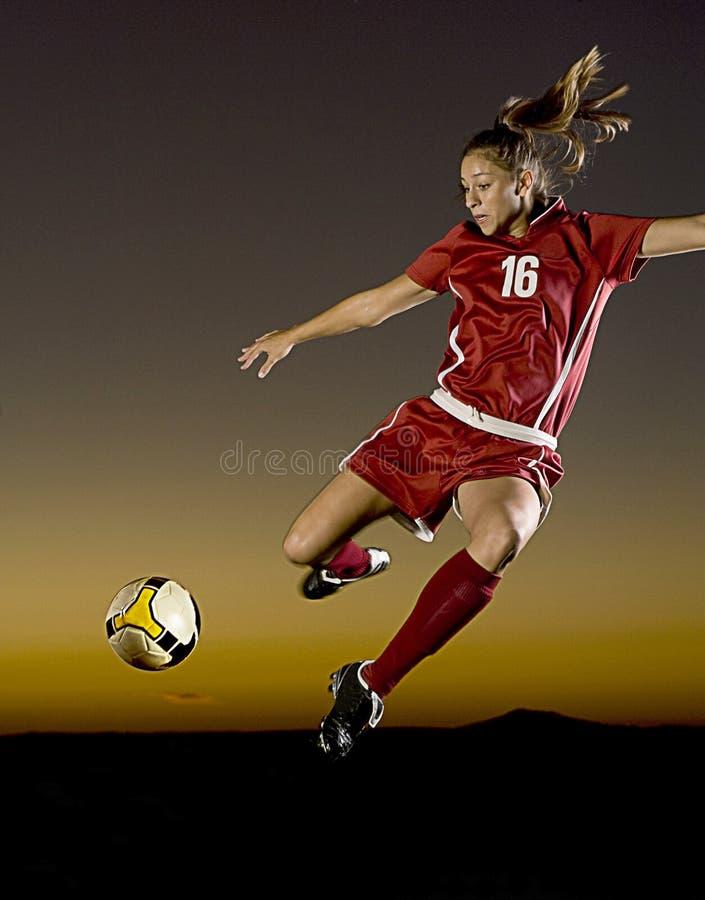 Fußball an der Dämmerung lizenzfreies stockfoto