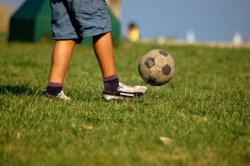 Fußball in einem Park 2 stockfoto