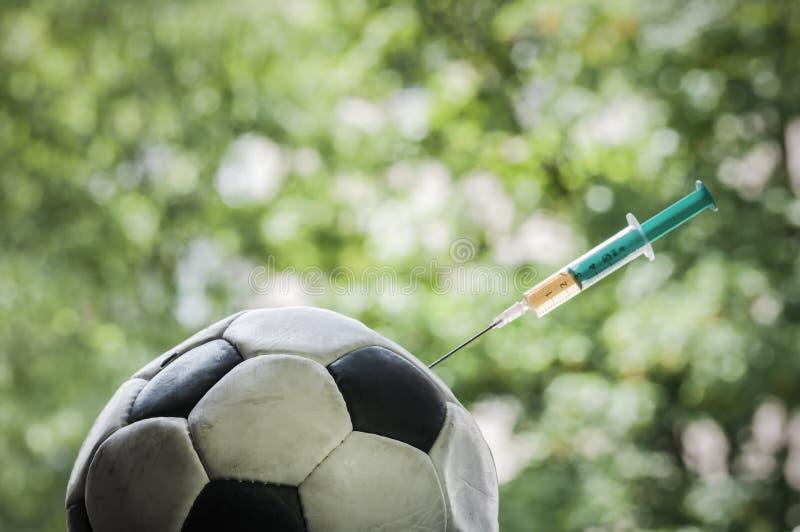 Fußball erhält eine Einspritzung lizenzfreies stockfoto