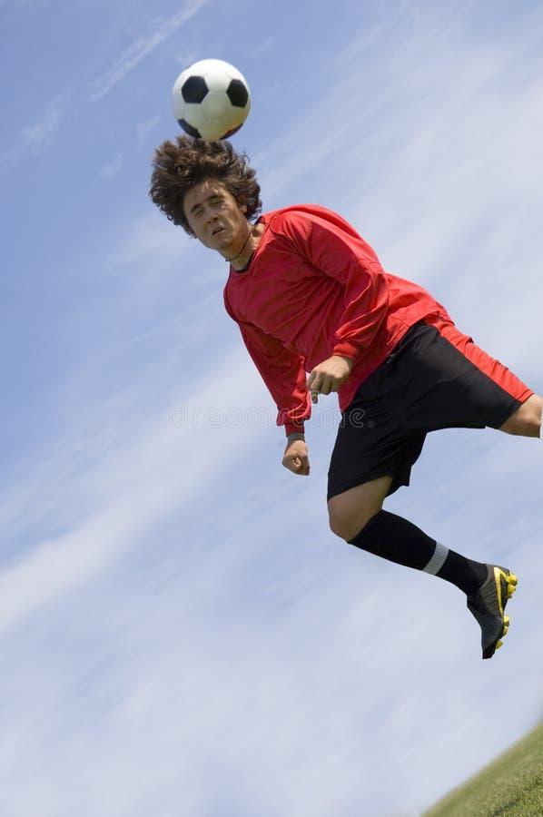 Fußball-Fußball-Spieler, der Vorsatz bildet lizenzfreie stockfotografie