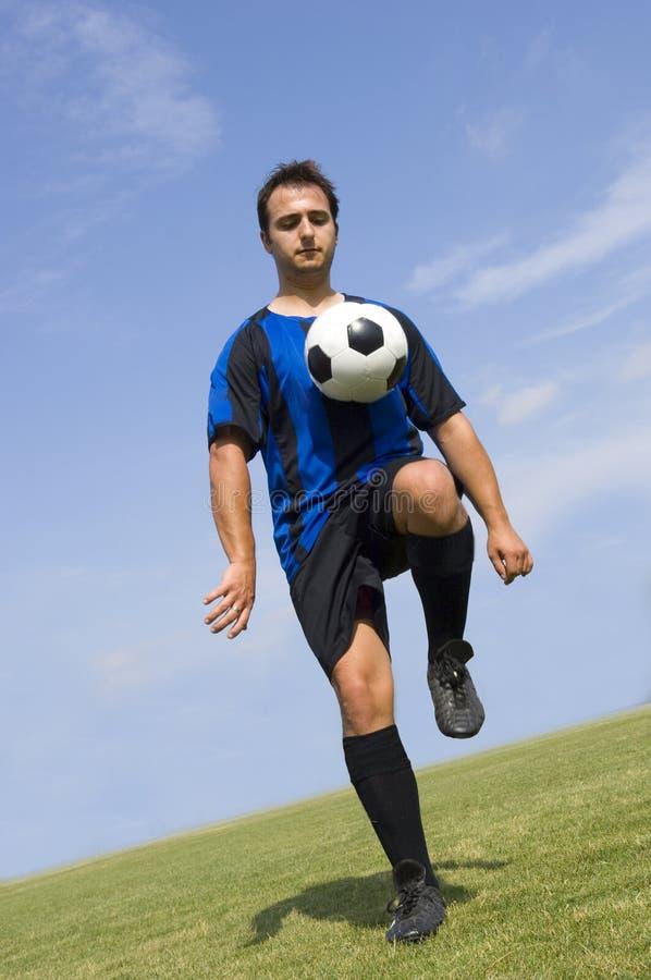 Fußball - Fußball-Spieler-Jonglieren lizenzfreie stockfotos