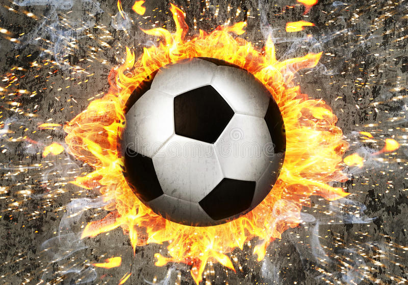 Fußball im Feuer lizenzfreies stockbild