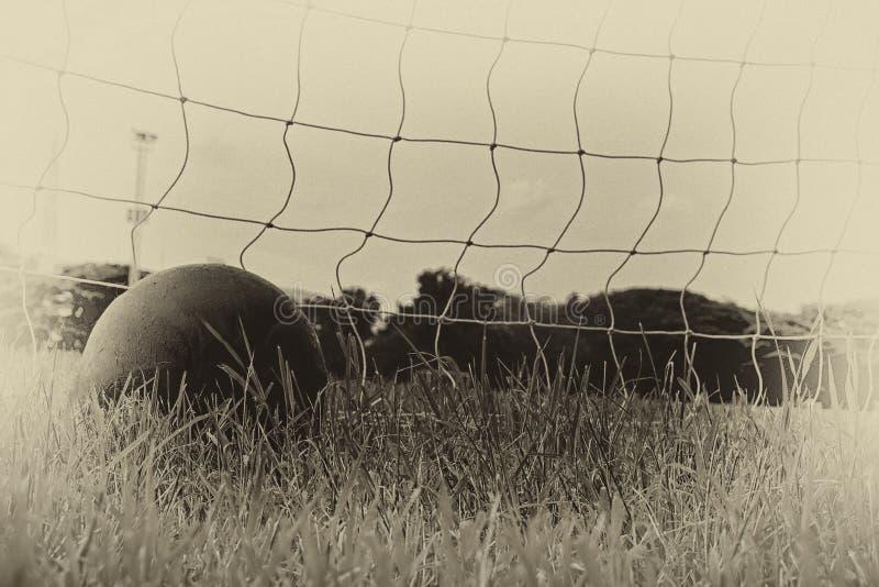 Fußball im Netz des Ziels stockbilder