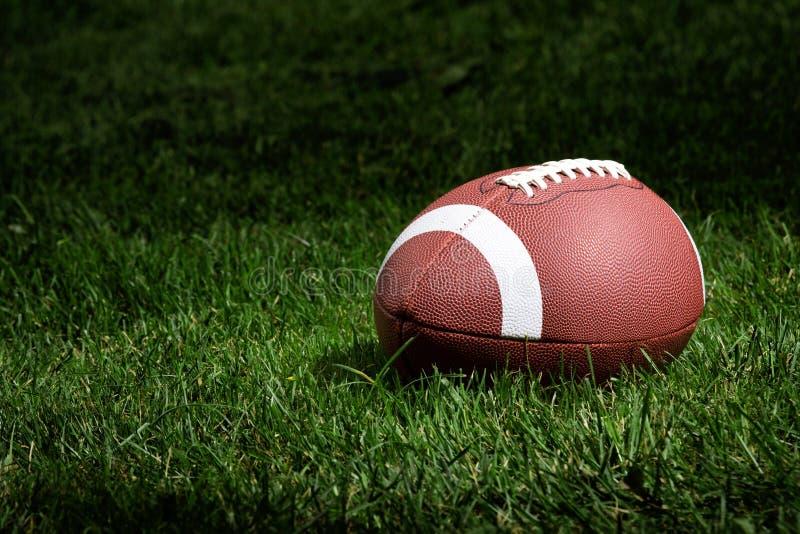 Fußball im Scheinwerfer lizenzfreie stockfotos