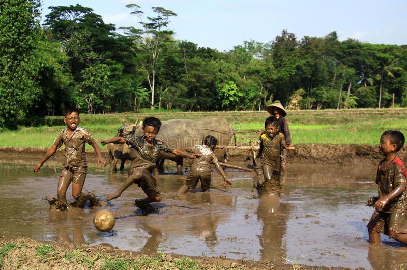 Fußball im Schlamm lizenzfreie stockfotografie