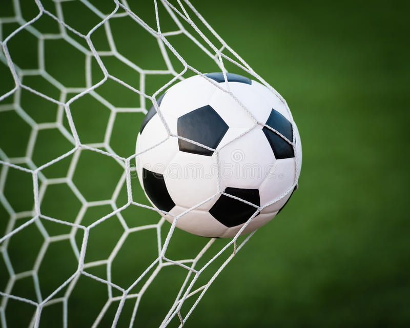 Fußball im Zielnetz stockfotografie