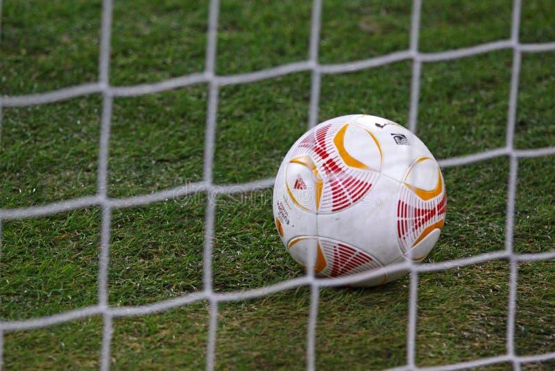 Fußball innerhalb des Netzes stockbilder