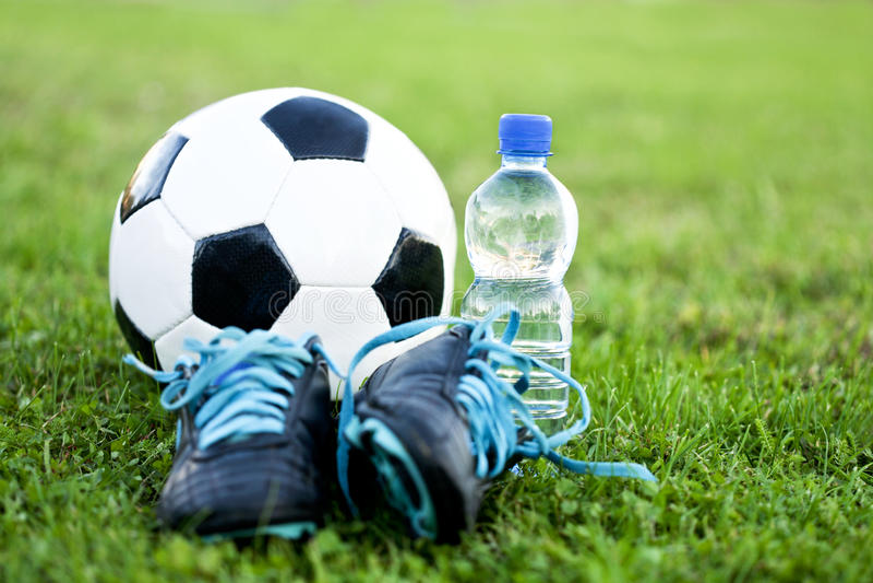 Fußball-Kugel und Schuhe stockfoto