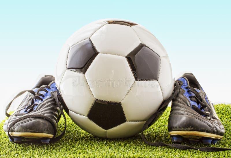 Fußball mit Schuhen stockfoto