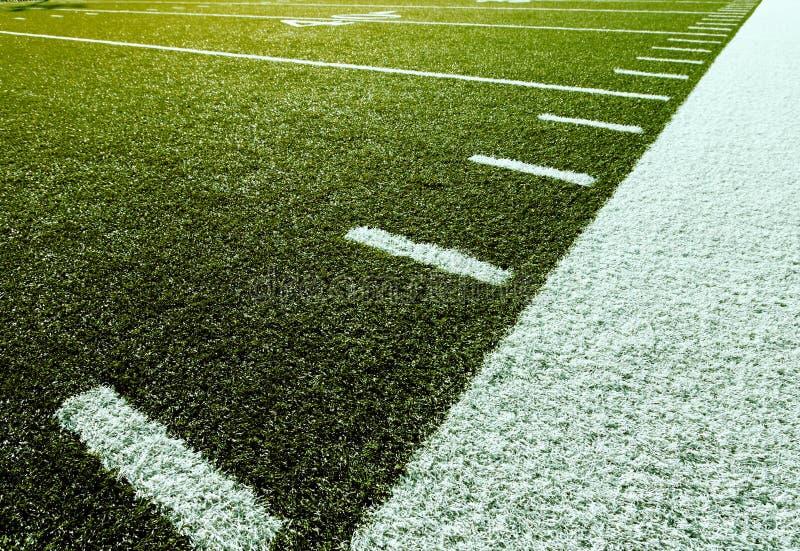 Fußball mit Yardzahl-Markierungen stockfotografie
