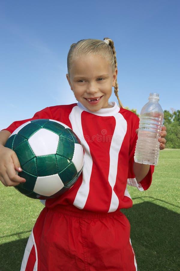 Fußball-Spieler, der Wasser-Flasche hält stockfoto