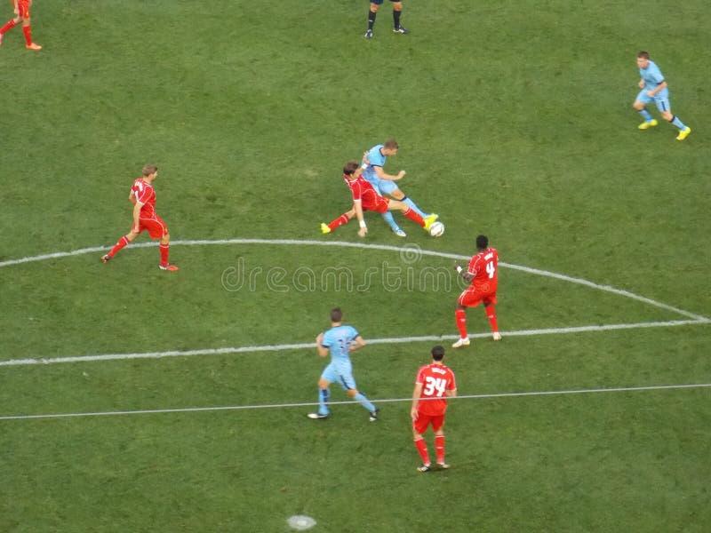 Fußball-Spieler-Kampf für den Ball während des Matches lizenzfreie stockfotografie