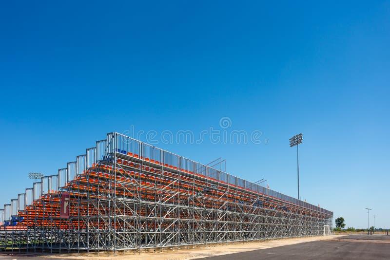 Fußball steht, sitzt, an der Rückseite im Stadion vor lizenzfreies stockbild