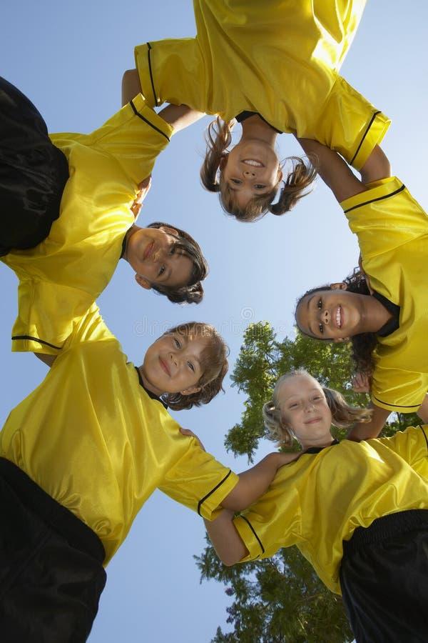 Fußball Team Forming Huddle lizenzfreie stockfotografie