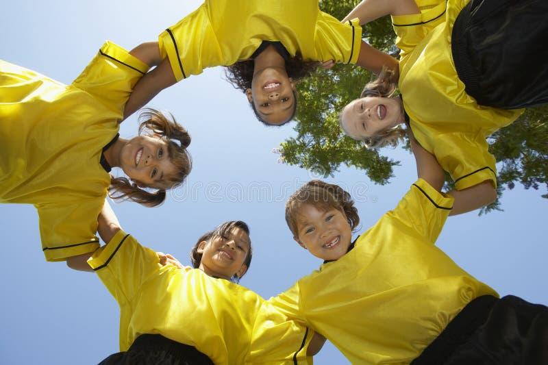 Fußball Team Forming Huddle lizenzfreie stockbilder