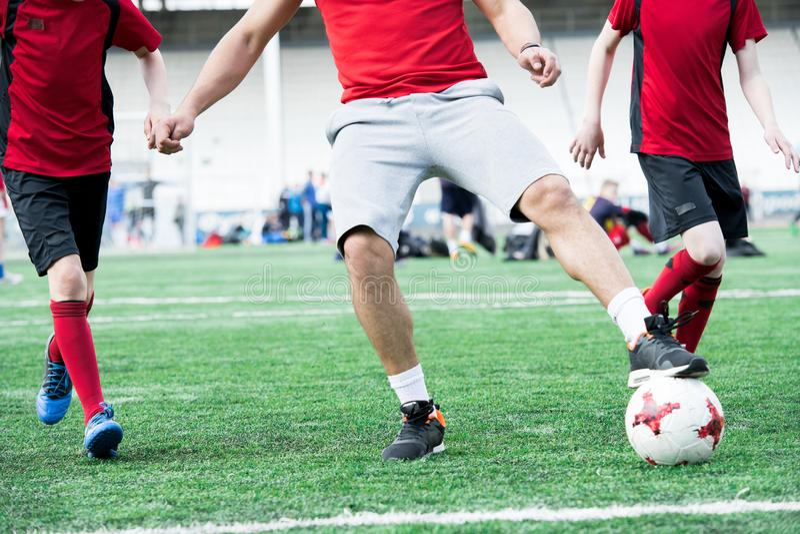 Fußball-Trainer Leading Ball lizenzfreie stockfotografie
