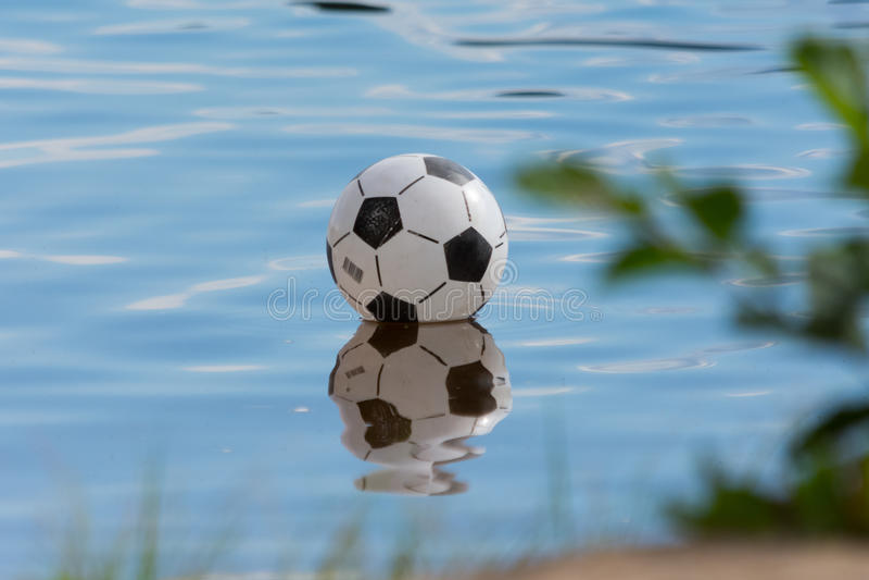 Fußball am Wasser stockbilder