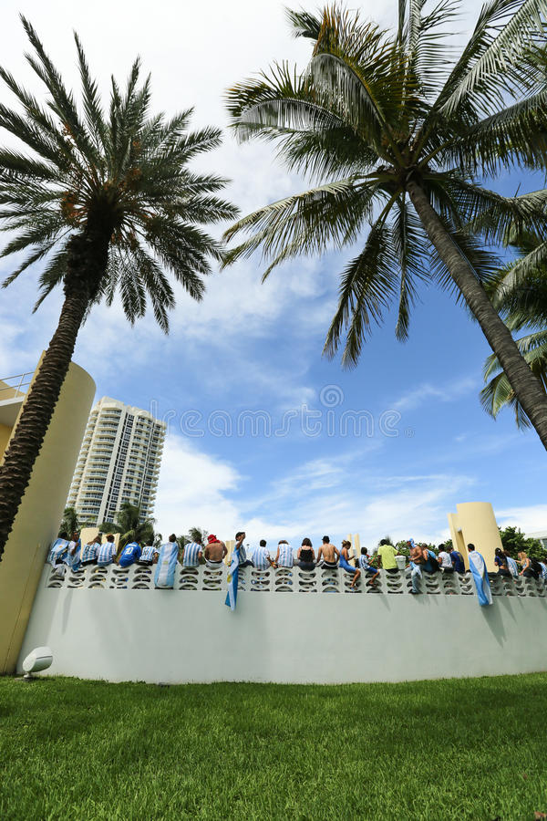 Fußball-Weltmeisterschaft 2014 Fußballfans auf Miami Beach lizenzfreie stockbilder