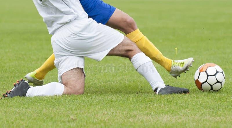 Fußballfahrwerkbeine im Getröpfel stockbilder