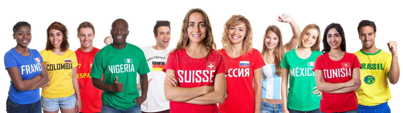 Fußballfan von der Schweiz mit Fans aus anderen Ländern stockbilder
