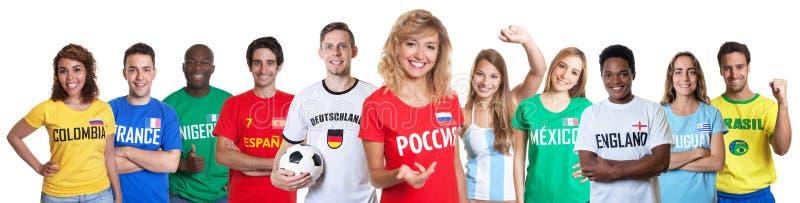 Fußballfan von Russland mit Anhängern aus anderen Ländern stockbilder