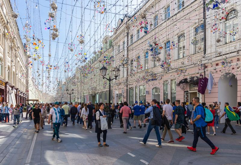 Fußballfane auf Nikolskaya-Straße in Mittel-Moskau lizenzfreie stockbilder