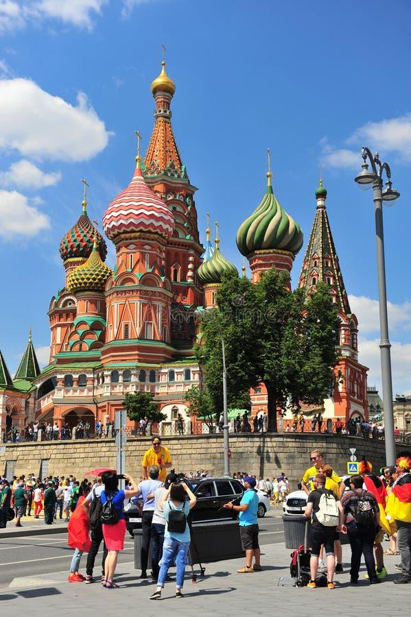 Fußballfane in der Straße von Moskau stockfotos
