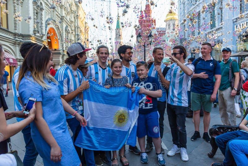 Fußballfane mit der Flagge von Argentinien auf Nikolskaya-Straße I stockbild