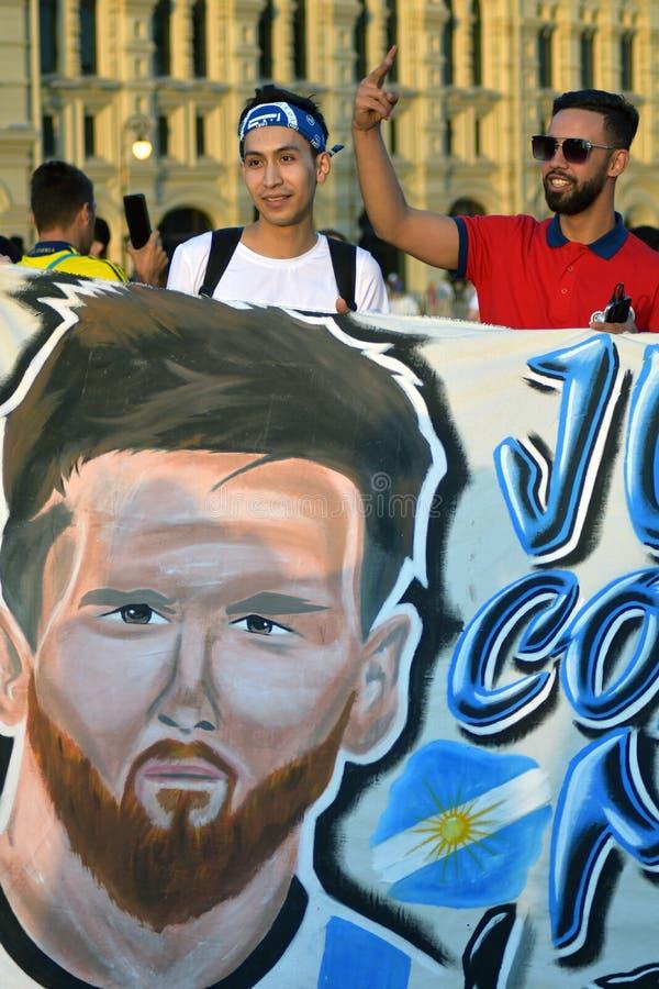 Fußballfane von Argentinien werfen für Fotos im Roten Platz in Moskau auf stockbilder