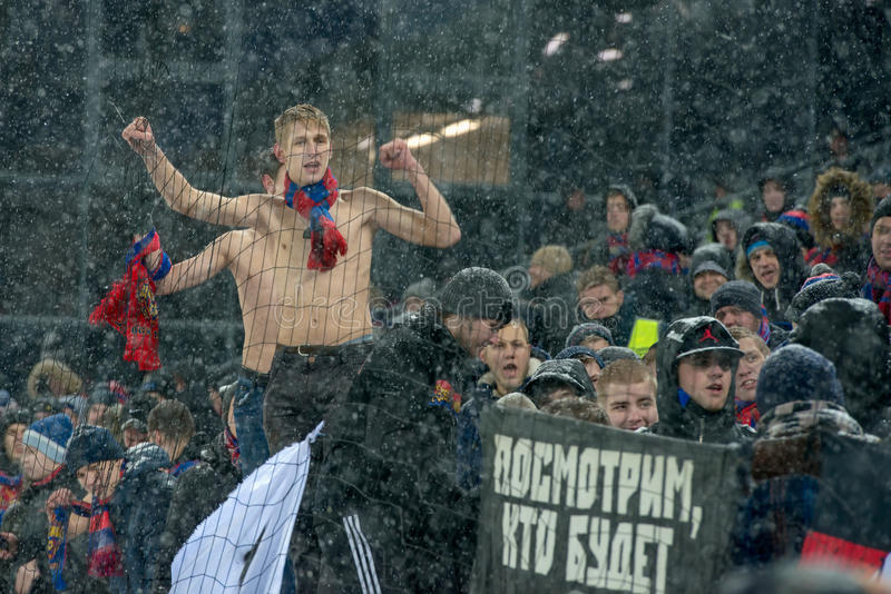 Fußballfane von CSKA auf dem Fußballspiel lizenzfreie stockbilder
