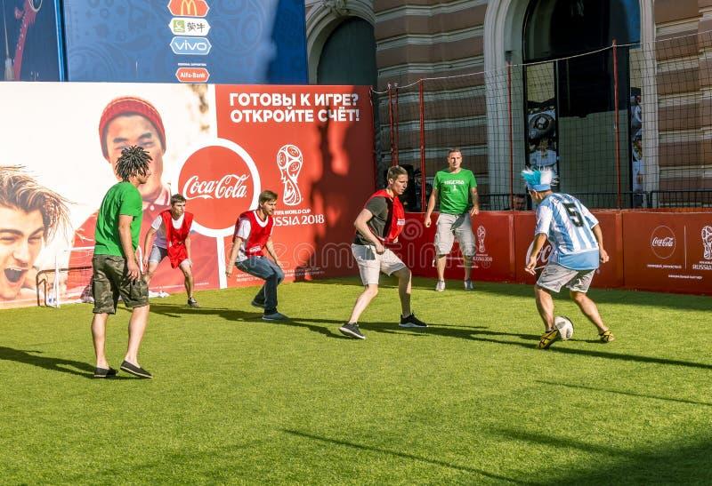 Fußballfane von Nigeria und von Argentinien am FIFA-Festival in S lizenzfreie stockfotografie