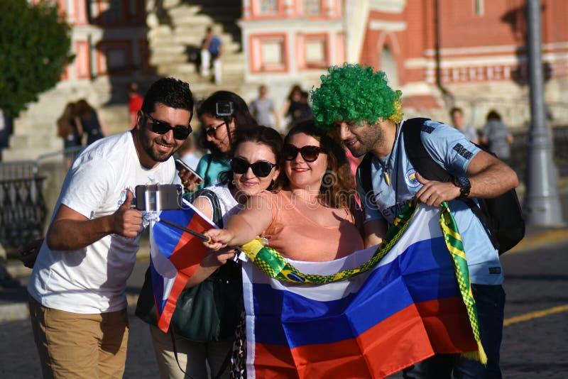 Fußballfane von Russland und von Brasilien werfen für Fotos im Roten Platz in Moskau auf stockfotografie