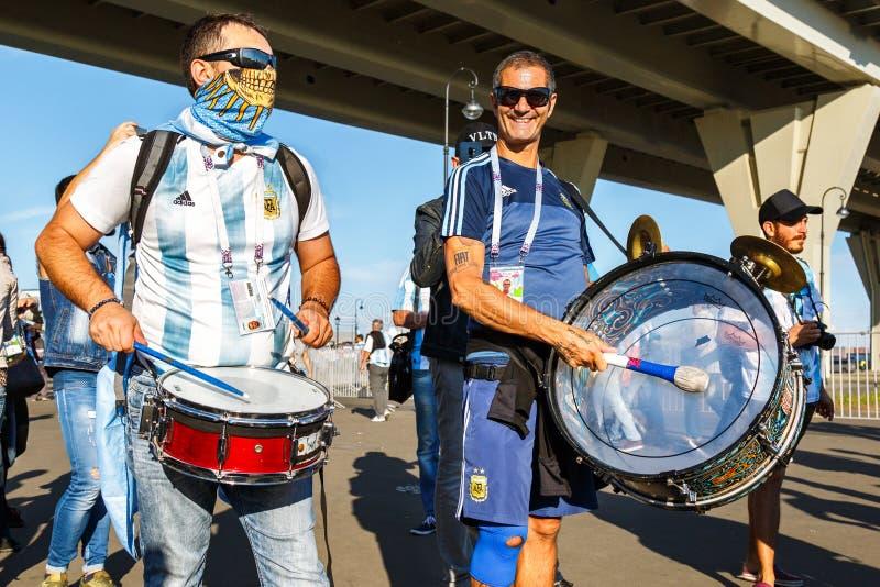 Fußballfans des nationalen Fußballteams Argentiniens stockbild