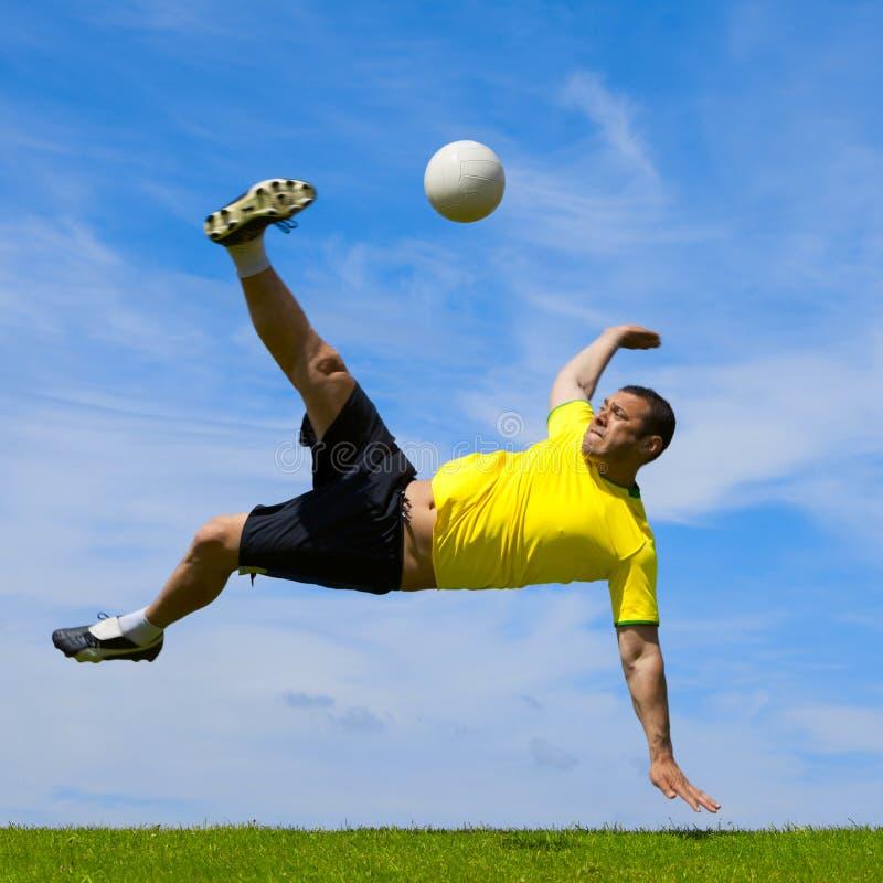Fußballfußballspieler, der einen Fahrradtritt tut lizenzfreie stockbilder