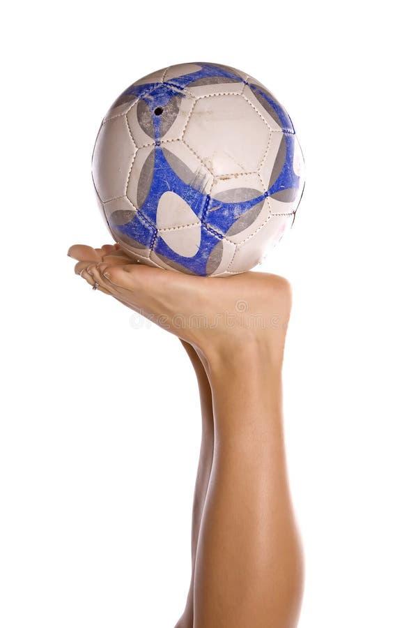 Fußballkugel auf Füßen stockfoto