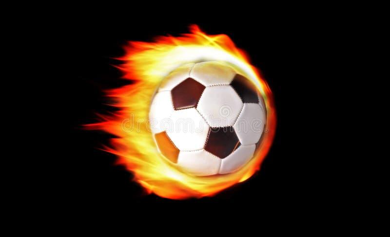 Fußballkugel auf Feuer lizenzfreie stockbilder