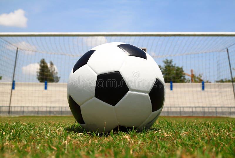 Fußballkugel auf Strafe lizenzfreies stockfoto