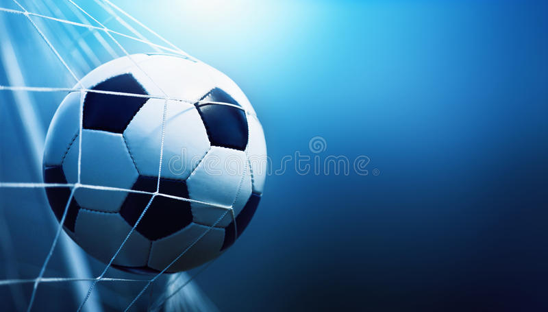 Fußballkugel im Ziel stockfotos