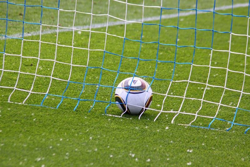 Fußballkugel innerhalb des Netzes stockfotos