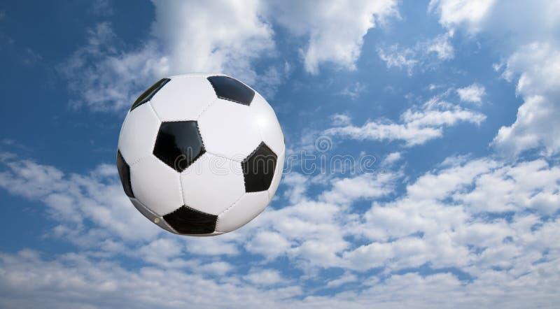 Fußballkugel und cloudscape stockfotografie