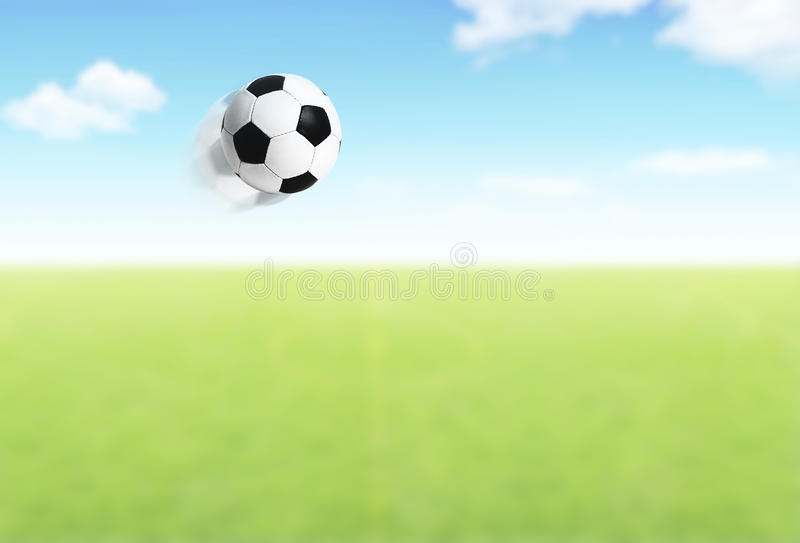 Fußballkugelflugwesen über Feld stockfotos