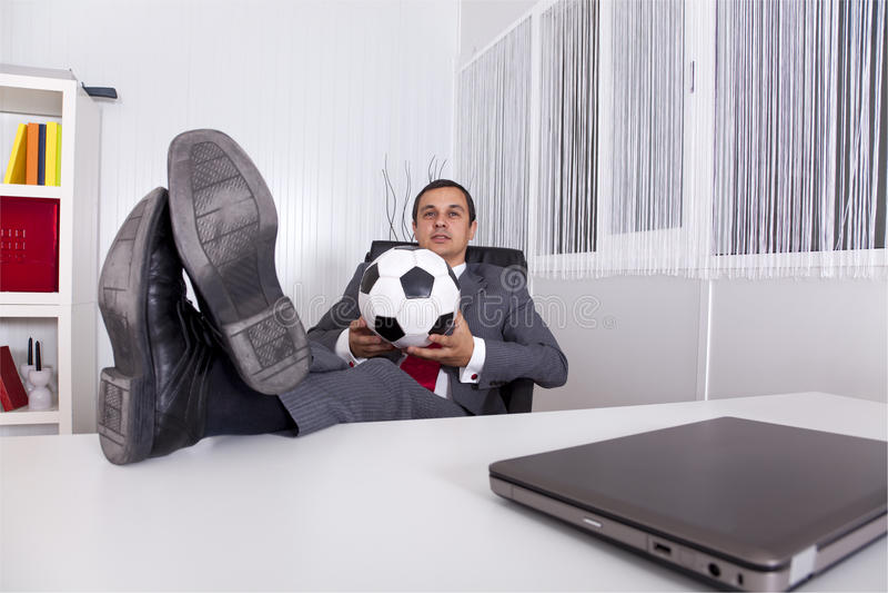 Fußballmanager im Büro lizenzfreie stockfotografie