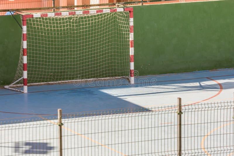 Fußballplatz in einer Stadt für Sport auf einem Hartplatz stockbilder