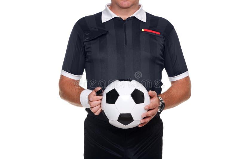 Fußballreferent, der eine Kugel und eine Pfeife anhält stockfotos