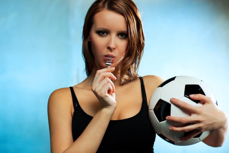 Fußballreferent der jungen Frau lizenzfreies stockfoto