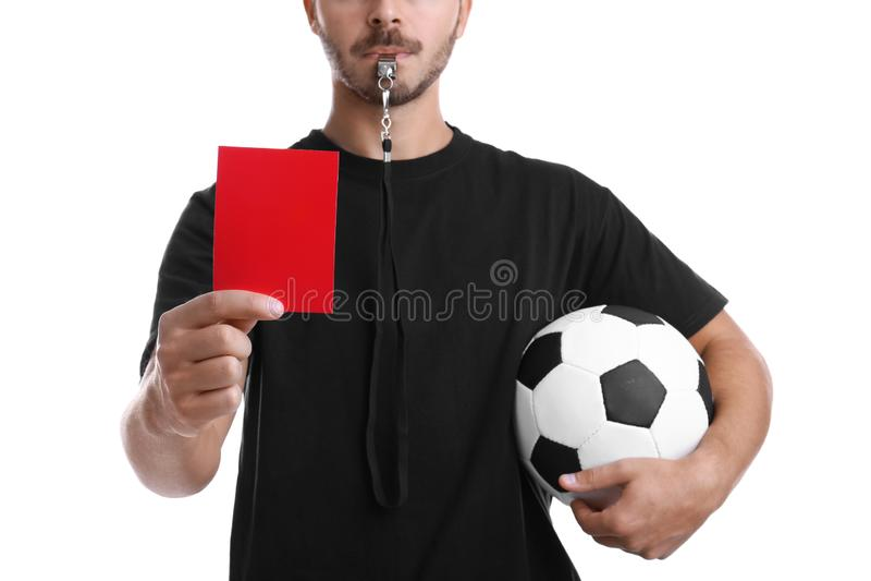 Fußballschiedsrichter mit Ball und Pfeife, die rote Karte hält lizenzfreies stockbild