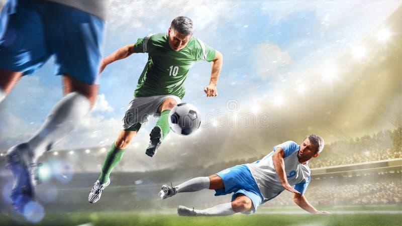 Fußballspieler in der Aktion auf dem Tagesgroßartigen Stadions-Hintergrundpanorama lizenzfreies stockfoto